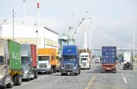 SSA Marine said truckers who participate in free flow drayage in West Coast ports such as Oakland (above) consistently achieve turn times of 15 to 20 minutes, compared with an hour or longer in conventional operations.